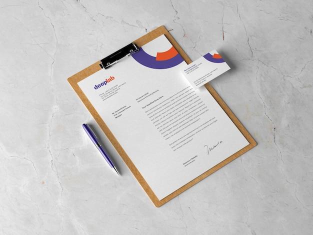 Portapapeles con documento, tarjeta de visita y bolígrafo