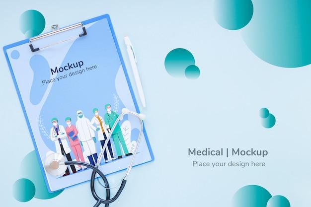 Portapapeles de vista superior con enfermeras y médicos
