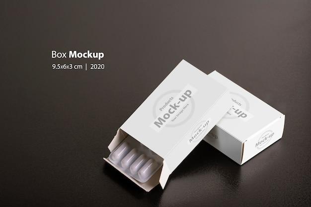 Portapillole con pagnotte di compresse su sfondo scuro mock-up