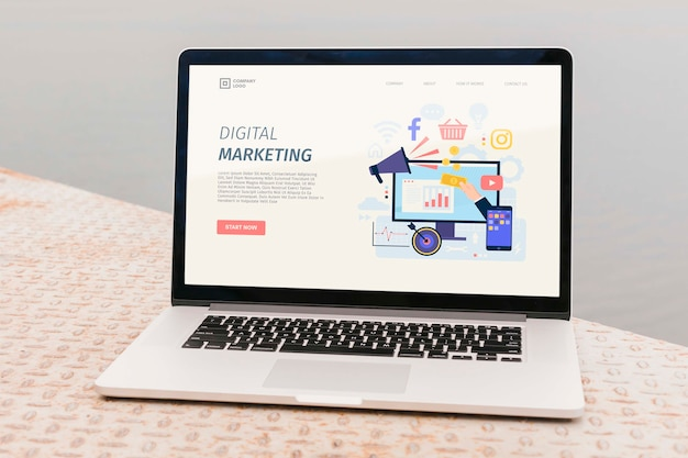 Portátil de primer plano con página de inicio de marketing digital