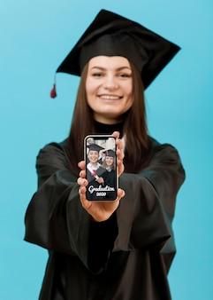Portret dat van student mobiele telefoon houdt