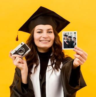 Portret dat van student onmiddellijke foto houdt