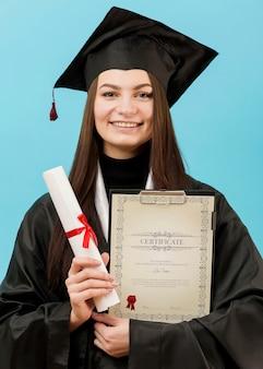 Portret die van student universitair diploma houden