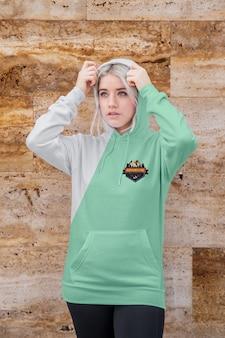 Portret jonge vrouw dragen hoodie