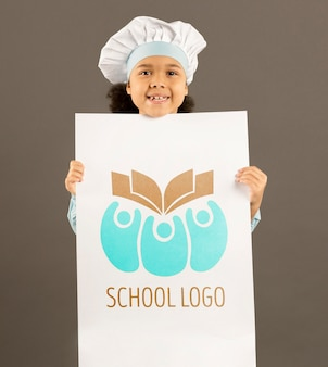 Portret van een jong meisje die zich voordeed als kok