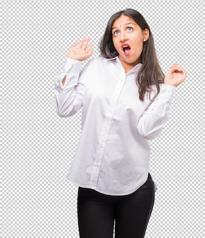 Portret van een jonge indiase vrouw gek en wanhopig, schreeuwend uit de hand, grappige krankzinnige vrijheid en wild uitdrukken