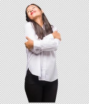 Portret van een jonge indiase vrouw trots en zelfverzekerd, wijzende vingers, voorbeeld te volgen, concept van tevredenheid, arrogantie en gezondheid