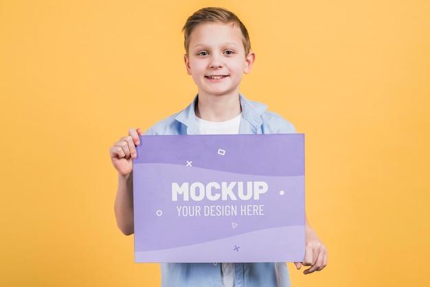 Portret van een jonge jongen met mock-up teken