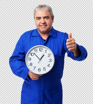 Portret van een monteur die een klok houdt