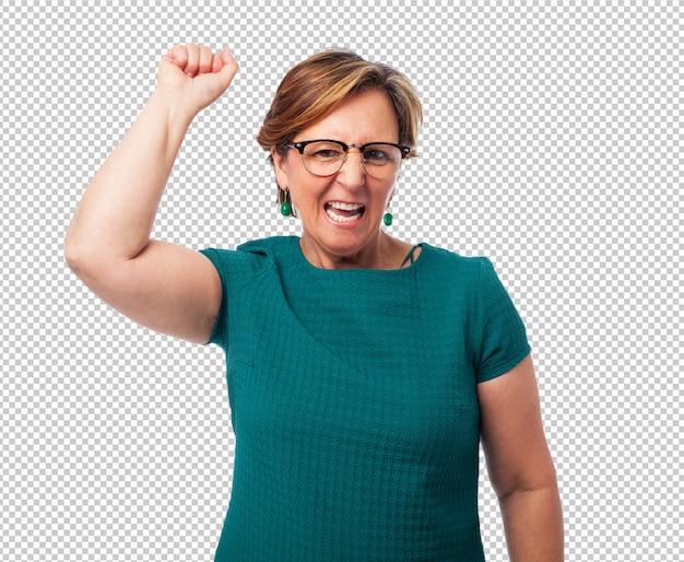 Portret van een rijpe vrouw die een winnaargebaar doet