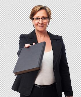 Portret van een volwassen bedrijfsvrouw die een boek geeft