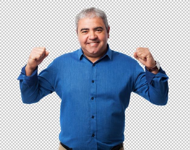 Portret van een volwassen man die een overwinningsgebaar doet