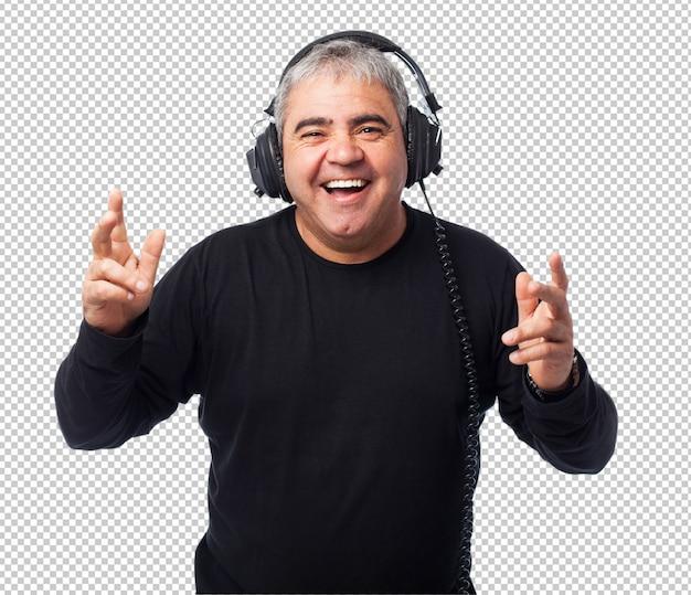 Portret van een volwassen man die naar muziek luistert