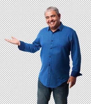 Portret van een volwassen man iets te houden