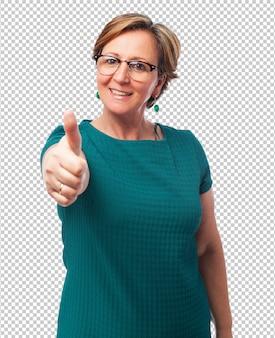 Portret van een volwassen vrouw met omhoog duimen