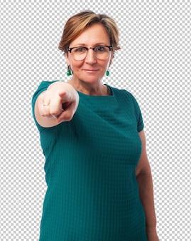 Portret van een volwassen vrouw wijzend naar voren