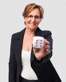 Portret van een volwassen zakenvrouw met een dobbelsteen