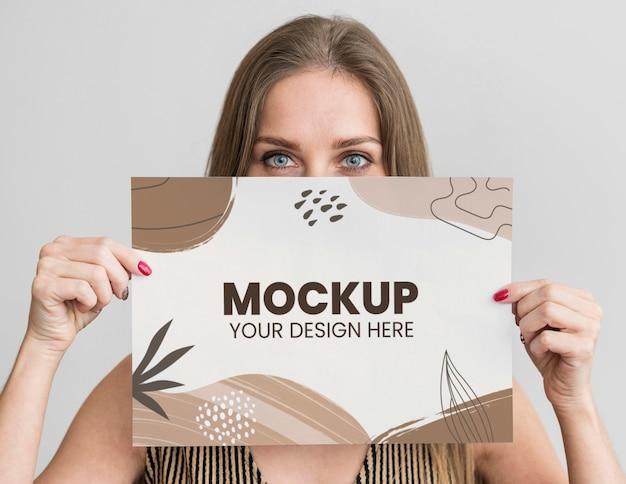 Portret van een vrouw die een modelpapier vasthoudt