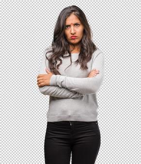 Portret van jonge indiase vrouw erg boos en overstuur, zeer gespannen, woedend, negatief en gek schreeuwend