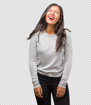 Portret van jonge indiase vrouw lachen en plezier hebben, ontspannen en vrolijk zijn, voelt zich zeker en succesvol