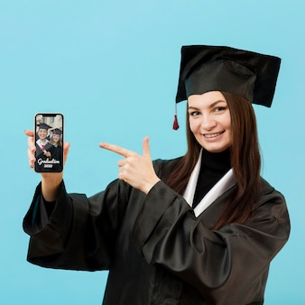 Positieve student die mobiele telefoon houdt