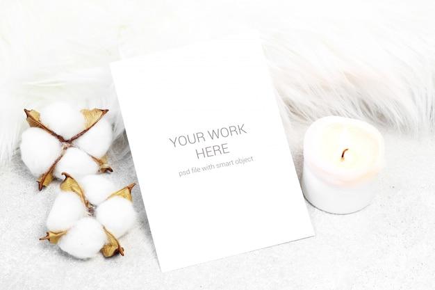 Postal maqueta con vela y algodón