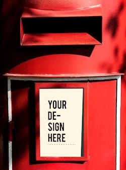 Postbox vermelho com uma maquete de sinal branco