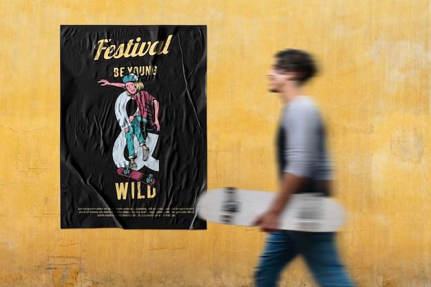 Poster mockup psd met coole man met een surfskateboard