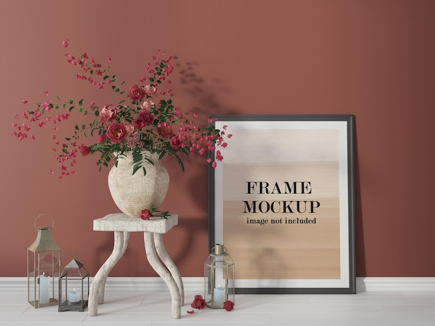Posterframe mockup naast rode bloemen