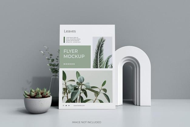 Postermodel met geïsoleerde cactus en bladeren