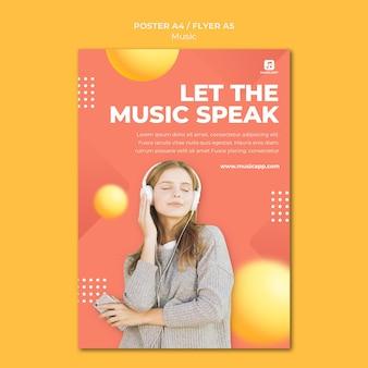 Postersjabloon voor het online streamen van muziek met een vrouw die een koptelefoon draagt