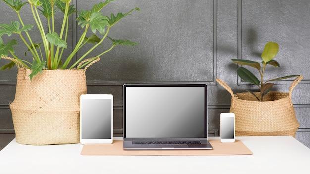 Posto di lavoro con set di mockup schermo dispositivi digitali