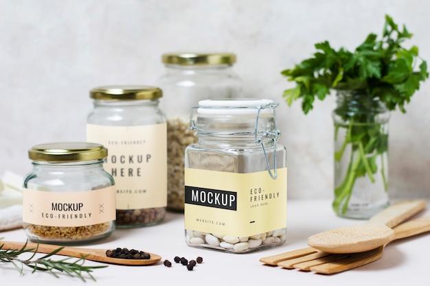 Potten met keukengereedschap en ingrediënten