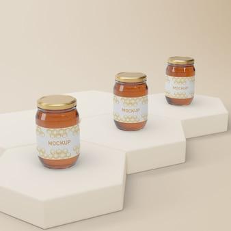 Potten met natuurlijke honing op tafel