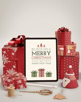 Preparación navideña con regalos y tableta