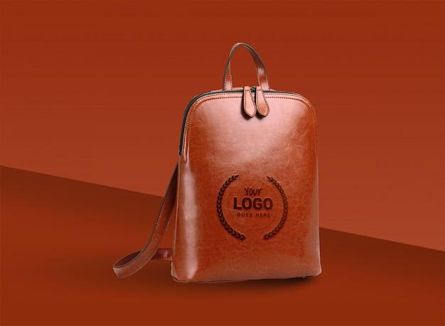 Presentación de mock up de logo con bolsa de cuero