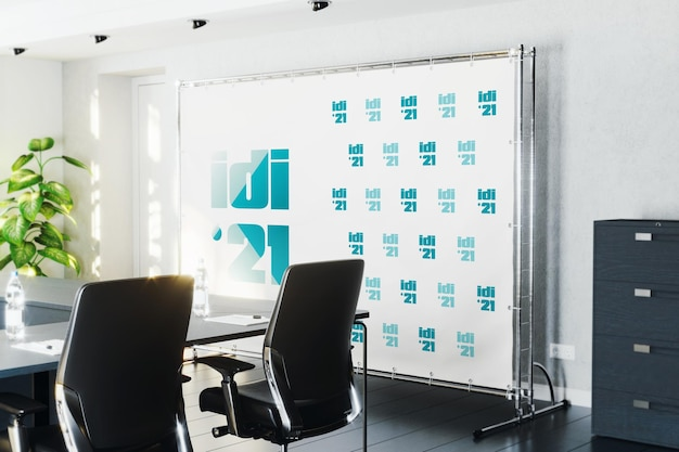 Presione el banner de la pared en la maqueta de la sala de conferencias.