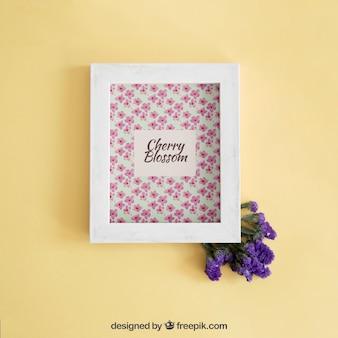 Primavera mock up con cornice e fiori viola