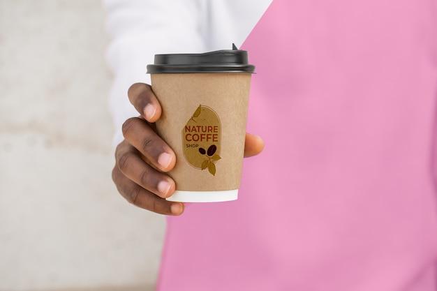 Primer hombre con sudadera con capucha tomando café
