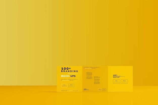 Primer plano del embalaje de la maqueta de folleto tríptico cuadrado