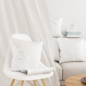 Primer plano de una funda de almohada blanca en una maqueta de silla moderna