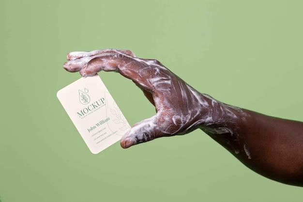 Primer plano de lavado a mano con maqueta de jabón
