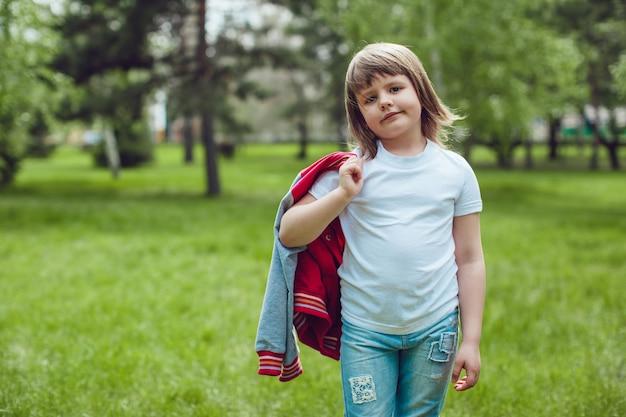 Primer plano de la maqueta de camiseta con niño lindo