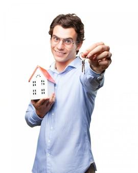 Primer plano de propietario sujetando sus llaves
