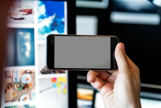 Primer plano de un teléfono inteligente con pantalla vacía vuelta hacia los lados