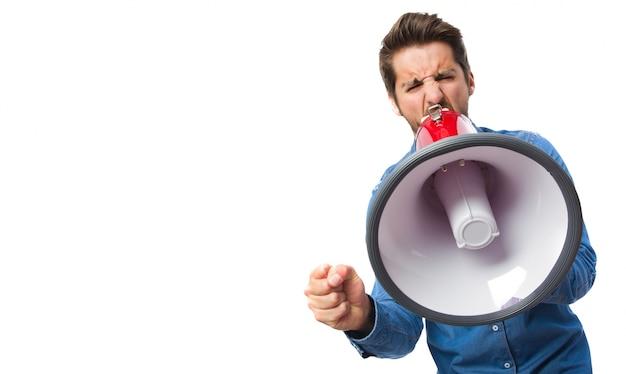 Primer plano de trabajador concentrado con megáfono