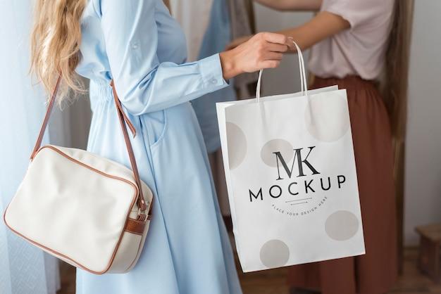 Primer plano, valor en cartera de mujer, bolsa de compras