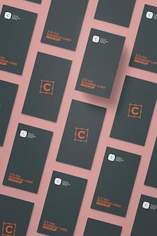 Primer plano vertical de maquetas de tarjetas de presentación