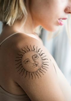Primo piano del tatuaggio del braccio di una donna