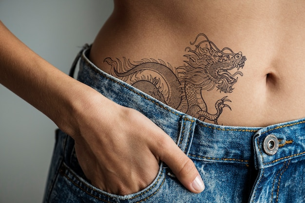 Primo piano del tatuaggio dell'anca inferiore di una donna